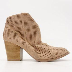 New Buckle x QUPID Clean Taupe Womens Booties